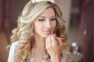 Hier zu sehen ist eine Braut mit perfektem Hochzeits Make-up| Brautstyling in Stuttgart bei Hair&Style Altbach