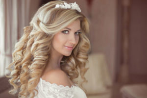 Hier zu sehen ist eine Braut mit moderner Brautfrisur mit Haarschmuck | Brautstyling in Stuttgart bei Hair&Style Altbach