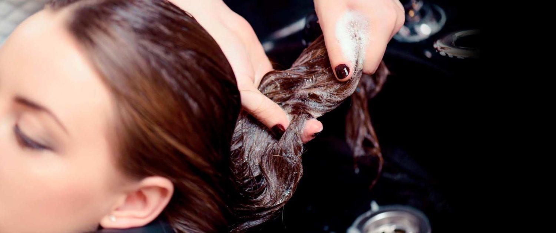 Hier zu sehen ist eine Frau, deren Haare im Friseursalon von Hair & Style gewaschen werden | Friseur Hair&Style Altbach
