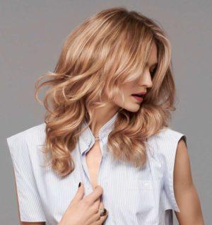 Hier zu sehen ist eine blonde Goldwell Haarfarbe | In Stuttgart Haare färben bei Hair&Style Altbach