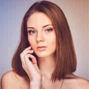Hier zu sehen ist eine Frau mit modernem Haarschnitt und schulterlangen Haaren | Trendfrisuren 2019 Damen - Hair&Style Altbach