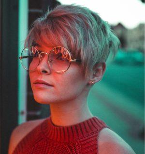 Hier zu sehen ist eine Frau mit Pixie Cut | Trendfrisuren 2019 Damen - Hair&Style Altbach