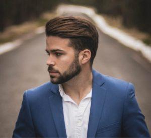 Hier zu sehen ist ein Mann mit mittellangen Haaren mit einem Quiff | Männerfrisuren 2019 & 2020 Herren Quiff - Hair&Style Altbach
