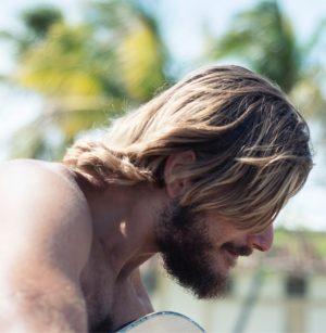 Hier zu sehen ist ein Mann mit langen Haaren im Surfer Style | Männerfrisuren 2019 & 2020 Herren Surfer Style - Hair&Style Altbach