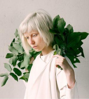 Hier zu sehen ist eine Frau mit kurzen Haaren in der Trendfarbe Eisblond | Trend Haarfarben 2020 - Hair&Style Altbach
