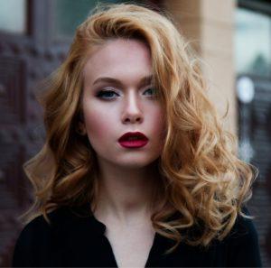Hier zu sehen ist eine Frau mit langen Haaren in der Trendfarbe Honigblond | Trend Haarfarben 2020 - Hair&Style Altbach