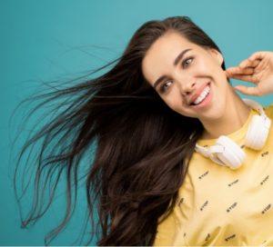 Hier zu sehen ist eine Frau mit langen Haaren in der Trendfarbe Schokoladen Braun | Trend Haarfarben 2020 - Hair&Style Altbach