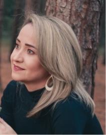 Hier zu sehen ist eine Frau mit mittellangen Haaren in der Trendfarbe Warm Grey | Trend Haarfarben 2020 - Hair&Style Altbach