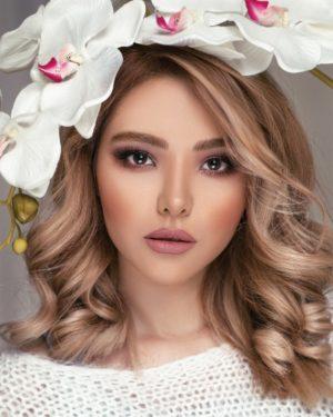 Hier zu sehen ist eine Frau mit mittellangen Haaren in einer warmen Haarfarbe | Trend Haarfarben 2020 - Hair&Style Altbach