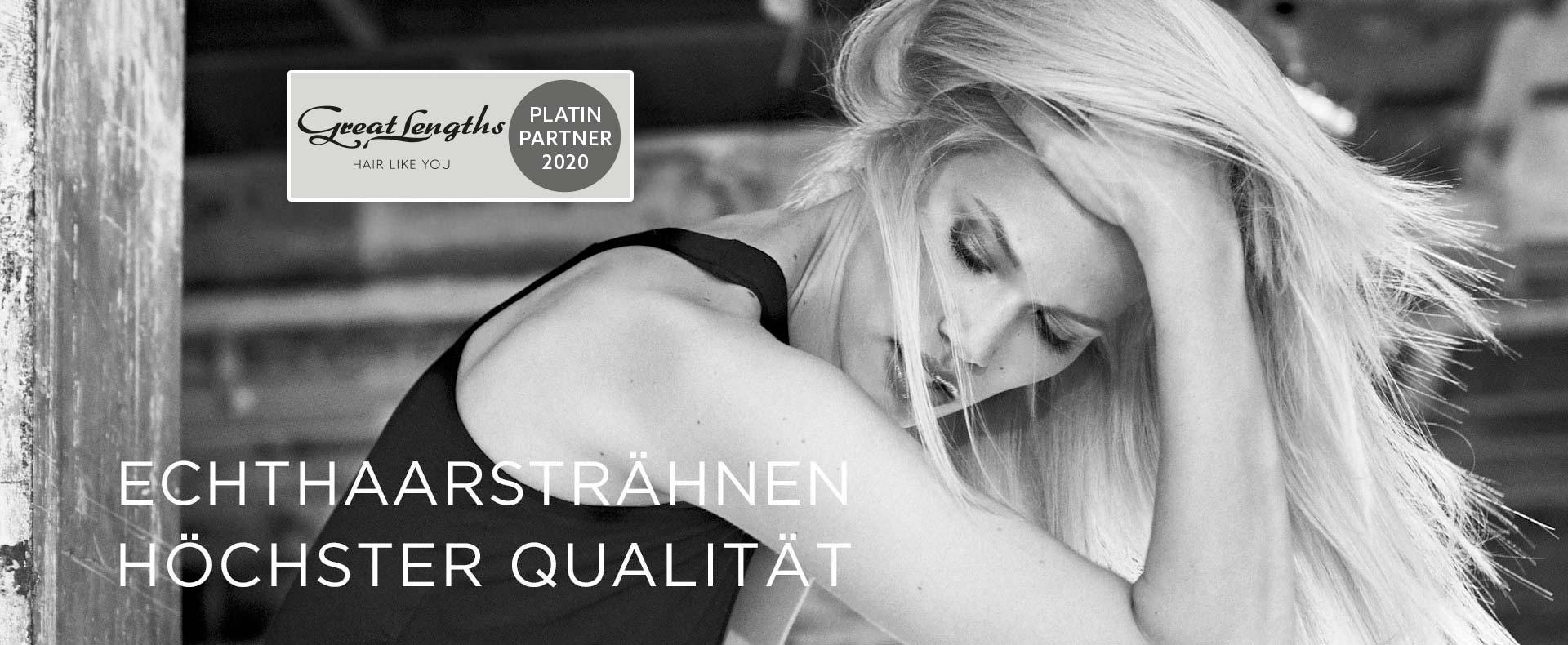 Hier zu sehen ist ein schwarz-weiß Bild eines Models mit blonden Echthaar Extensions von Great Lengths   Friseur Hair&Style Altbach