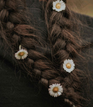 Hier zu sehen ist eine Flechtfrisur in dunkelbraunem Haar | Tipps gegen fettige Haare - Hair&Style Altbach