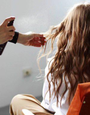 Hier zu sehen ist, wie eine Frisur mit Stylingprodukten, die für fettige Haare geeignet sind, gelingt | Tipps gegen fettige Haare - Hair&Style Altbach
