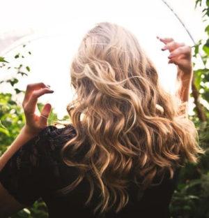 Hier zu sehen ist eine Frau mit Beach Waves als Frisur, um Schuppen zu verstecken | Was hilft gegen Schuppen Tipps & Tricks - Hair&Style Altbach