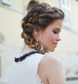 Hier zu sehen ist eine Frau mit schöner Flechtfrisur, um Schuppen zu kaschieren | Was hilft gegen Schuppen Tipps & Tricks - Hair&Style Altbach