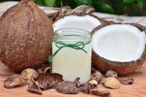 Hier zu sehen ist Kokosöl, das als Hausmittel gegen Schuppen hilft | Was hilft gegen Schuppen Tipps & Tricks - Hair&Style Altbach