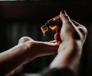 Hier zu sehen ist Teebaumöl, das als Hausmittel gegen Schuppen hilft | Was hilft gegen Schuppen Tipps & Tricks - Hair&Style Altbach