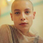 Hier zu sehen ist eine Frau mit Glatze | Haarausfall Frauen - Hair&Style Altbach