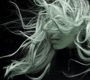 Hier zu sehen ist eine Frau, die unter diffusem Haarausfall leidet | Haarausfall Frauen - Hair&Style Altbach