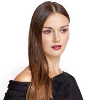 Hier zu sehen ist eine Frau mit Seitenscheitel, um den Beginn von genetischem Haarausfall zu verdeutlichen | Haarausfall Frauen - Hair&Style Altbach
