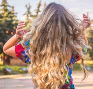 Hier zu sehen ist eine Frau mit Beach Waves als Frisur für dünnes Haar | Frisuren für dünnes Haar - Hair&Style Altbach
